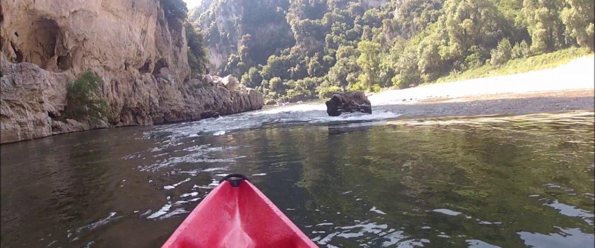 Pratiquer du canoë à Vallon Pont d'Arc : une destination unique en France où les sports nautiques règnent